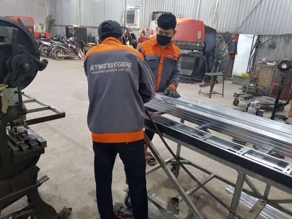 Nhân viên Hoàng Phát đang kiểm tra, sản xuất thang cáp