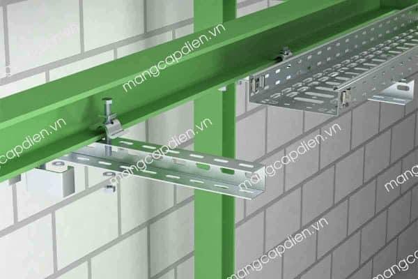 Một hệ thống thang máng cáp ngang được gắn trên đầm thép